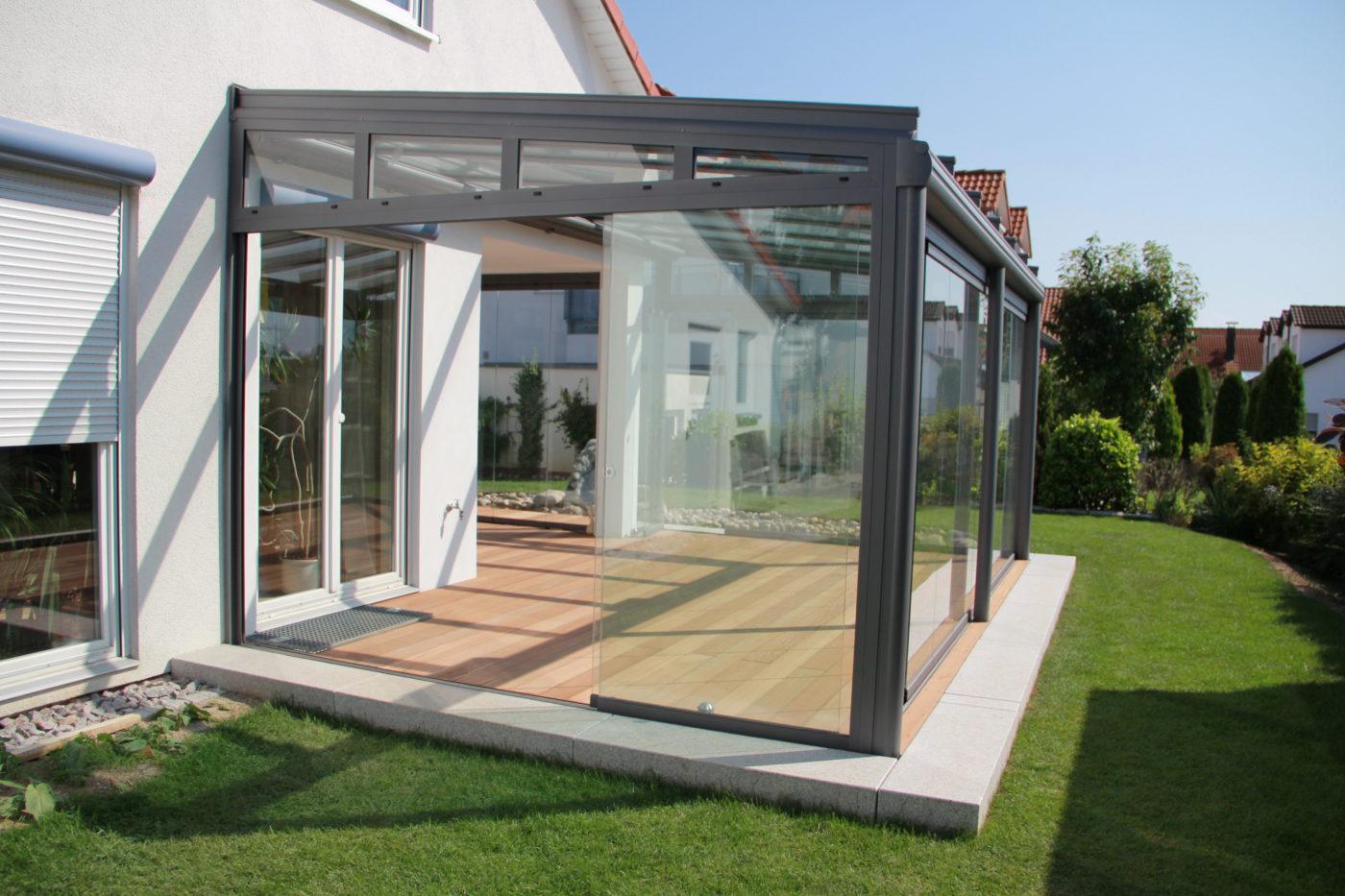 Terrassenüberdachung aus Glas, teilweise geschlossen mit Seitenelementen