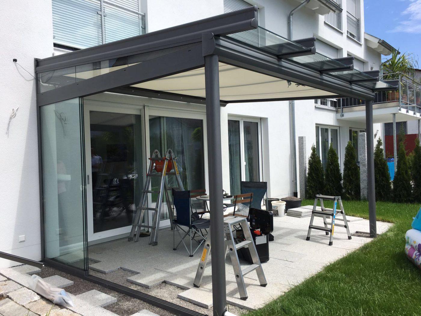 Terrassenüberdachung aus Glas und Seitenschutz mit Markise