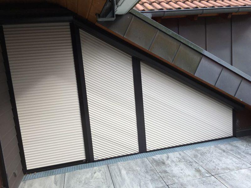 Rollladen an einem Dachfenster