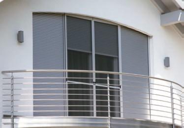 Rollläden an einem modernen Balkonfenster