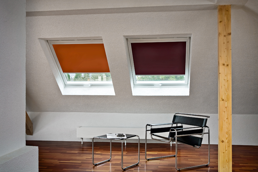Farbige Rollos an Dachfenstern