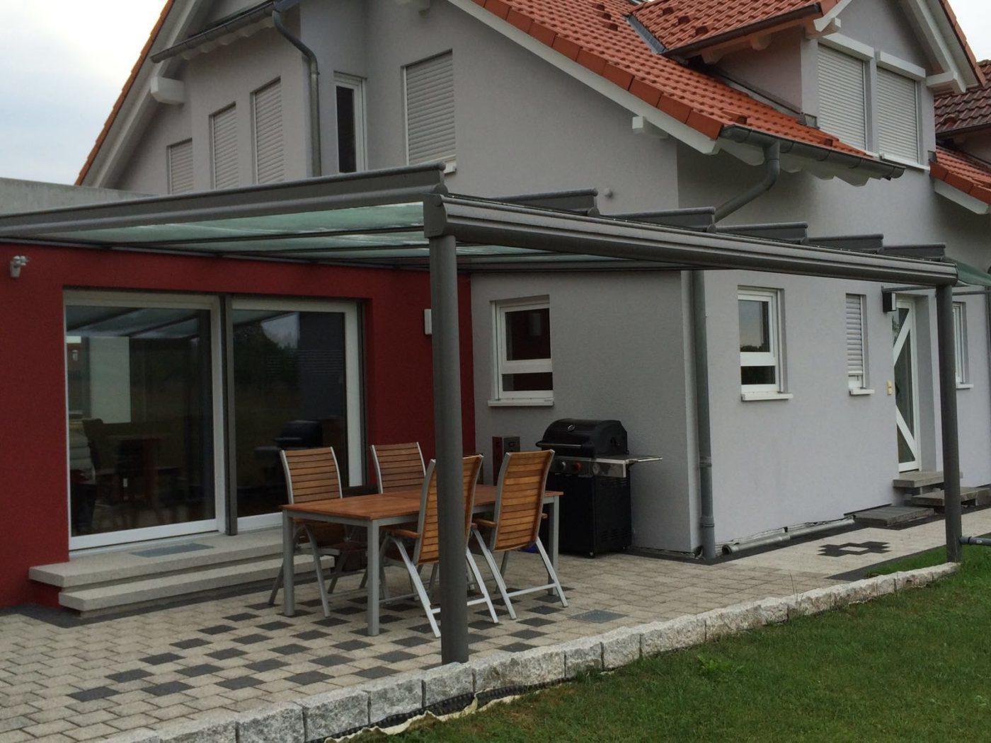 Terrassenüberdachung aus Glas an einem Einfamilienhaus